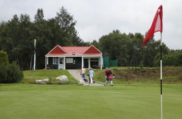 Carrbridge Golf Club green and clubhouse